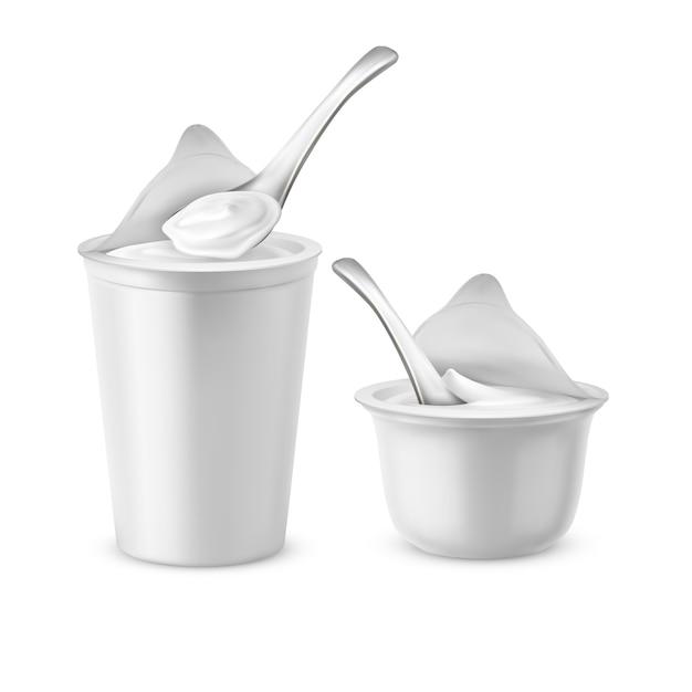 Realistische set van twee lege potten met open folie deksels, plastic containers of potten met lepels, Gratis Vector