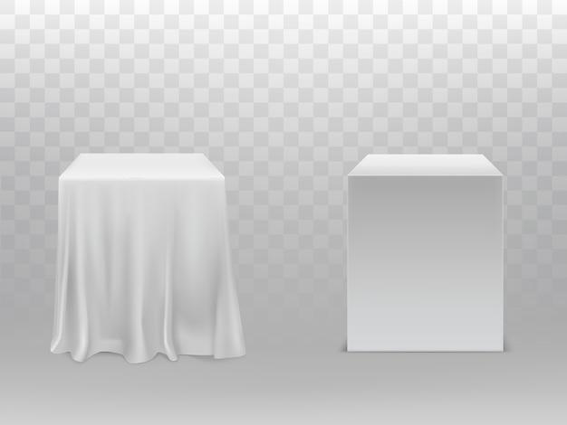 Realistische witte kubussen, een blok bedekt met zijden doek Gratis Vector