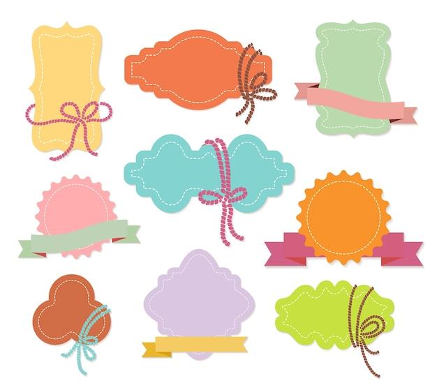 Reeks kleurrijke sieretiketten of tags met linten in negen verschillende vormen met copyspace Gratis Vector
