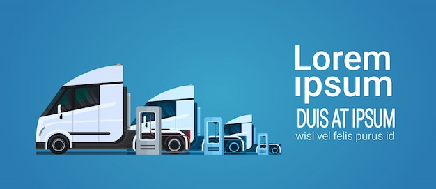 Reeks van witte moderne semi vrachtwagenaanhangwagen die bij electische ladersstation laden Premium Vector