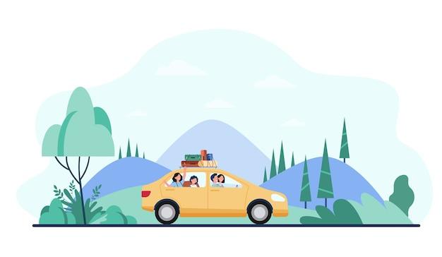 Reizen met de auto met kampeeruitrusting erop en gelukkige familie. Gratis Vector