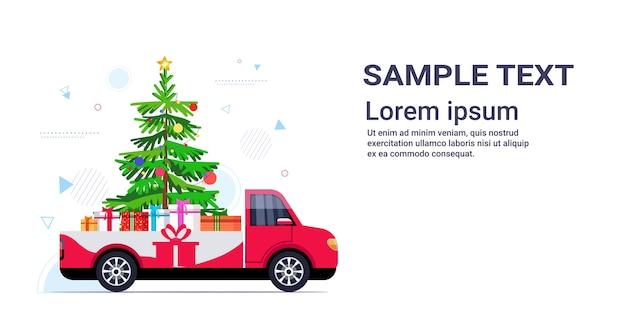 Rode pick-up auto met dennenboom en cadeau huidige dozen vrolijk kerstfeest gelukkig nieuwjaar wintervakantie Premium Vector