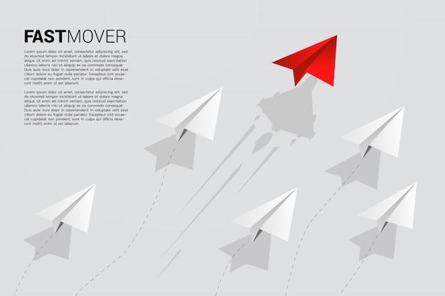 Rood origami papieren vliegtuigje gaat sneller Premium Vector