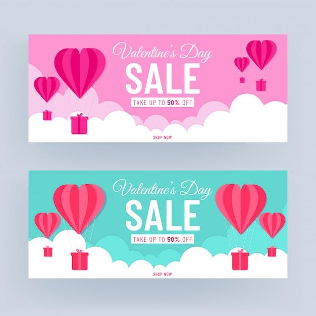 Roze en turkoois kop- of bannerontwerp met 50% kortingsaanbieding en papier gesneden hartvormige heteluchtballonnen op bewolkte achtergrond voor valentijnsdag verkoop. Premium Vector