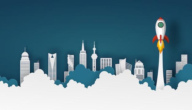Ruimteschip of raketlancering in de hemel over wolken en de bouw van stad bij achtergrond. Premium Vector