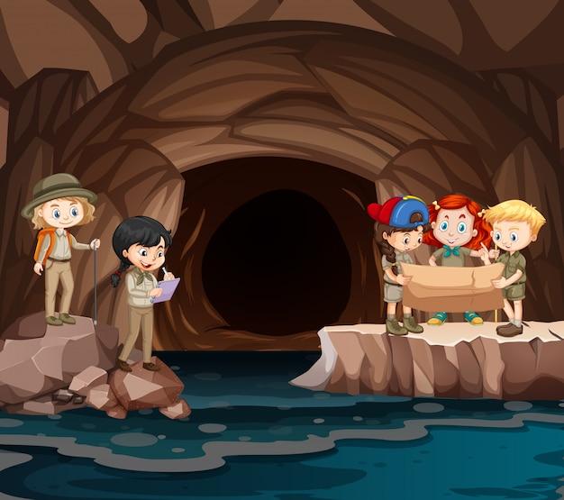 Scène met groep verkenners die de grot verkennen Gratis Vector