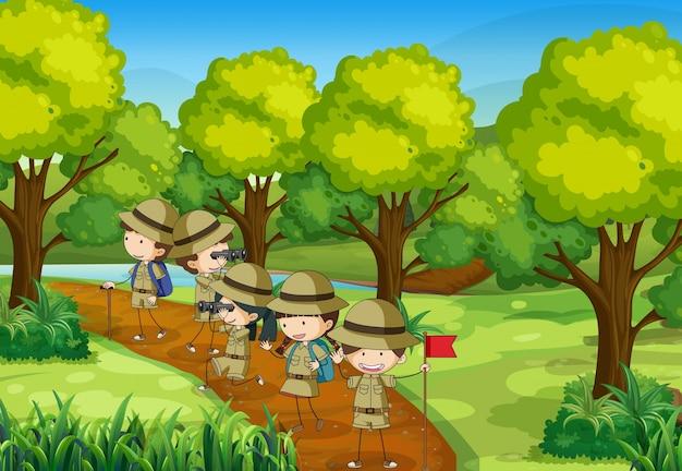 Scène met kinderen die het bos verkennen Premium Vector