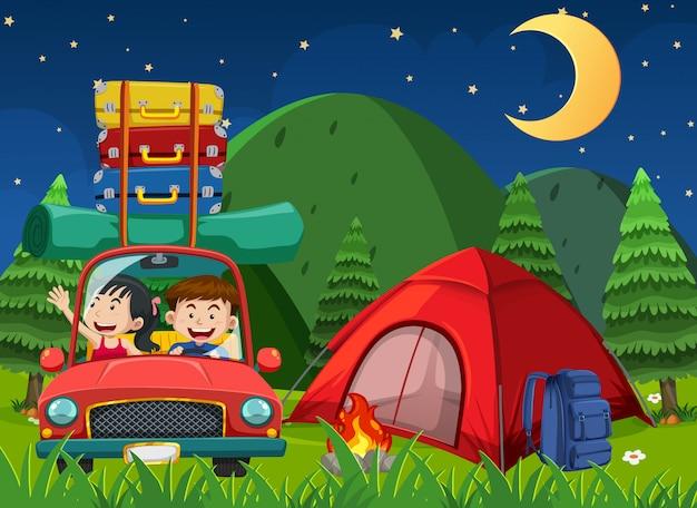 Scène met mensen rijden en kamperen 's nachts in het park Premium Vector