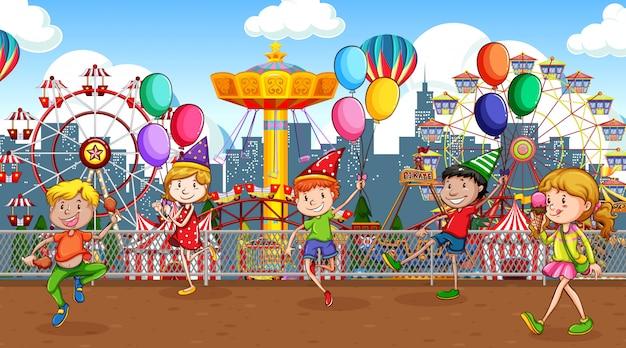 Scène met veel kinderen die in het circuspark spelen Premium Vector