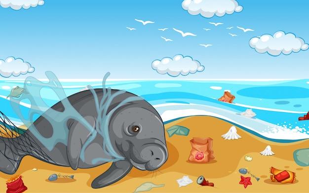 Scène met zeekoe en plastic zakken op het strand Gratis Vector