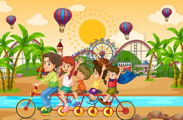 Scèneachtergrond met familie berijdende fiets in het funpark Gratis Vector