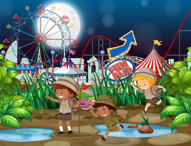Scèneachtergrond met kinderen bij kermis bij nacht Gratis Vector