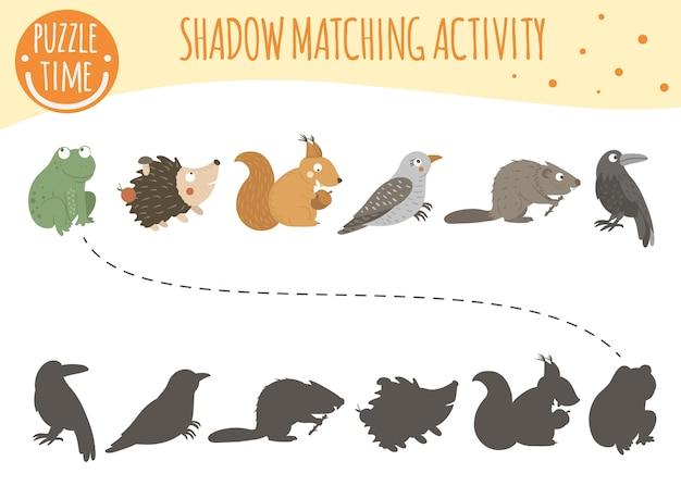 Schaduw matching-activiteit voor kinderen met bosdieren. Premium Vector