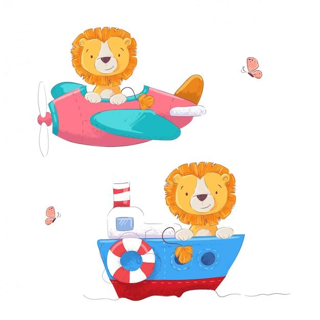 Schattige cartoon leeuw op een vliegtuig en boot kinderen clipart instellen. vector illustratie Premium Vector