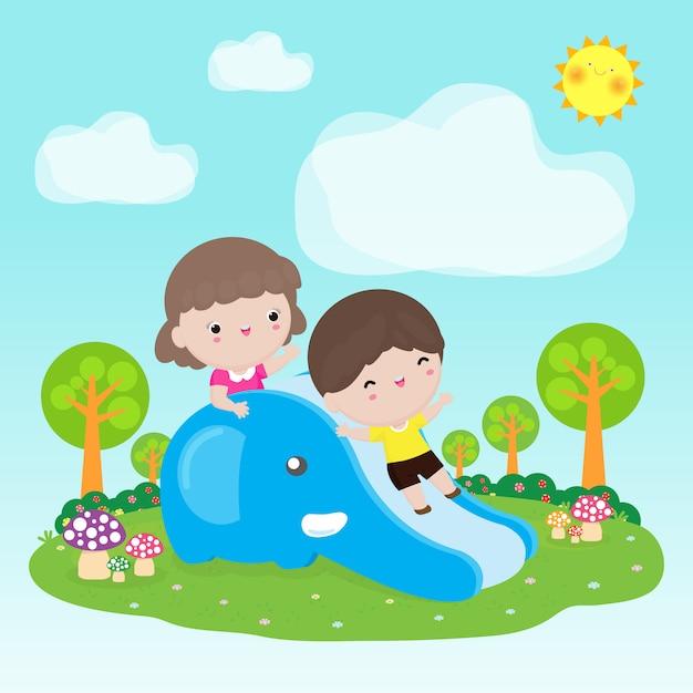 Schattige kinderen plezier op glijbaan in de speeltuin Premium Vector