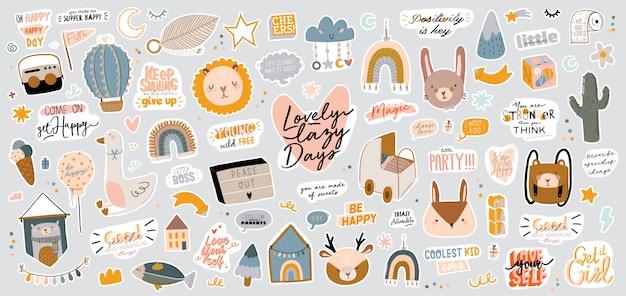 Schattige kinderen scandinavische tekenset inclusief trendy citaten en coole dieren decoratieve handgetekende elementen. Premium Vector