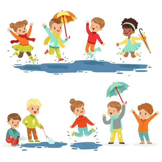 Schattige smeulende kleine kinderen spelen op plassen Premium Vector