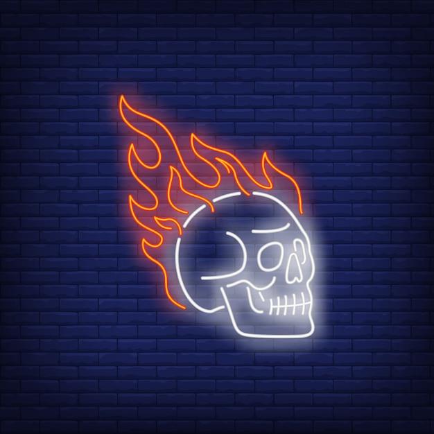 Schedel op brand neonteken Gratis Vector