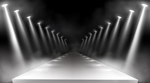 Schijnwerpersachtergrond, gloeiende podiumlichten, witte stralen voor rode loperprijs of galaconcert. lege verlichte manier voor presentatie, landingsbaan met lampstralen met rook voor show, realistische 3d-vector Gratis Vector