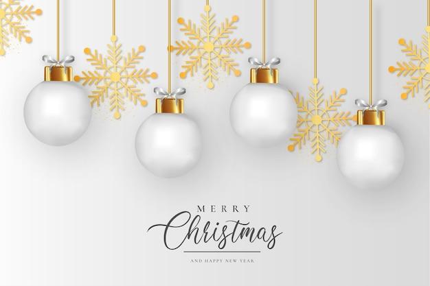 Schone prettige kerstdagen en gelukkig nieuwjaar achtergrond met realistische witte kerstballen en gouden sneeuwvlokken Gratis Vector