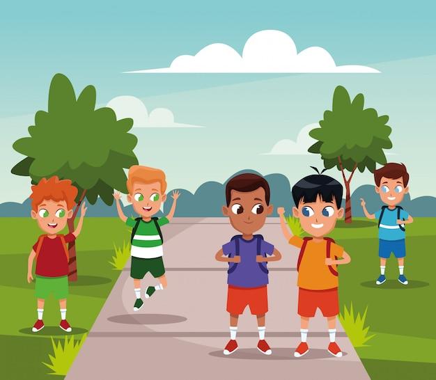 Schooljongens met rugzakkencartoons Gratis Vector