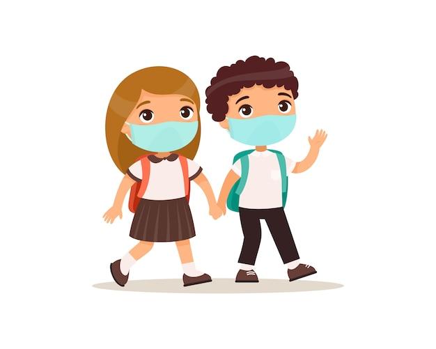 Schoolmeisje en schooljongen die naar school vlakke afbeelding gaan. koppel leerlingen met medische maskers op hun gezicht hand in hand geïsoleerde stripfiguren. twee basisschoolleerlingen Gratis Vector