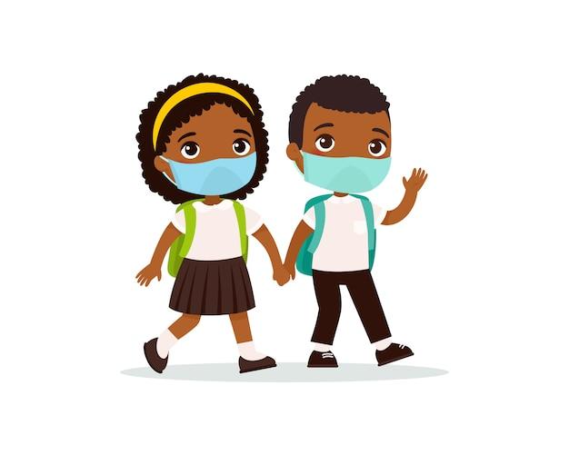 Schoolmeisje en schooljongen die naar school vlakke vectorillustratie gaan. paar leerlingen met medische maskers op hun gezicht hand in hand geïsoleerde stripfiguren. twee donkere huid basisschoolleerlingen Gratis Vector