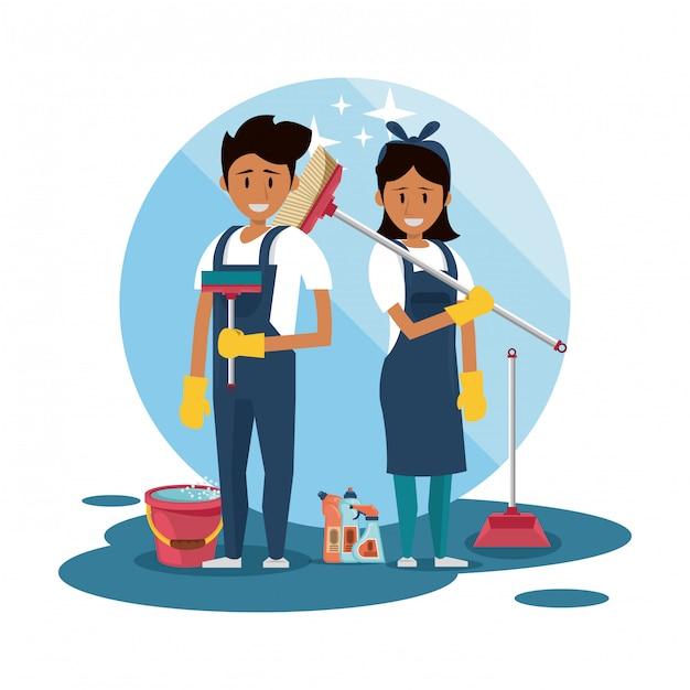 Schoonmakers met schoonmaakproducten Gratis Vector