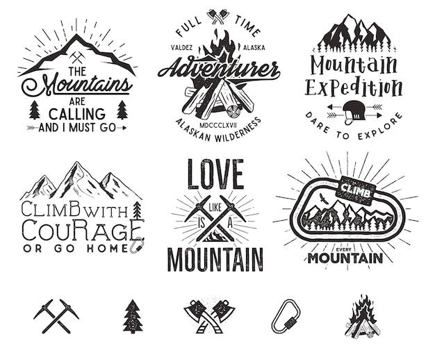 Set bergbeklimmen etiketten, bergen expeditie emblemen, vintage wandelen silhouetten logo's en ontwerpelementen. Premium Vector