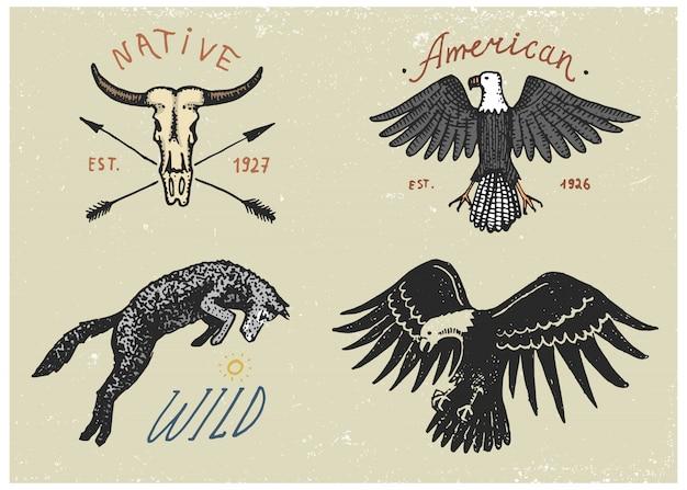 Set gegraveerde vintage, handgetekende, oude etiketten of badges voor kamperen, wandelen, jagen met amerikaanse zeearend, wilde wolf en buffelschedel Premium Vector