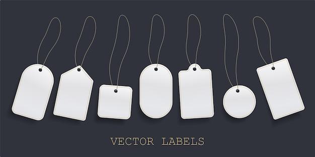 Set hangende labelprijs, wit blanco papier prijskaartje of lege badges labelsjabloon. Premium Vector