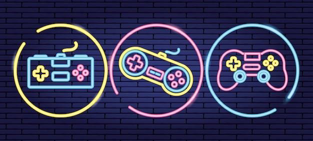Set objecten gerelateerd aan besturing van videogames in neon- en lienal-stijl Gratis Vector