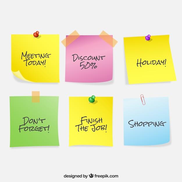 Set van gekleurde notities met berichten Gratis Vector