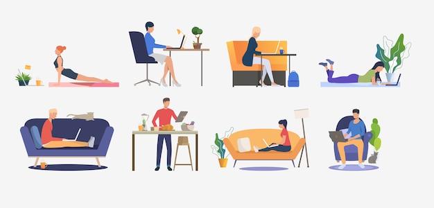 Set van mensen met behulp van computers en rust Gratis Vector
