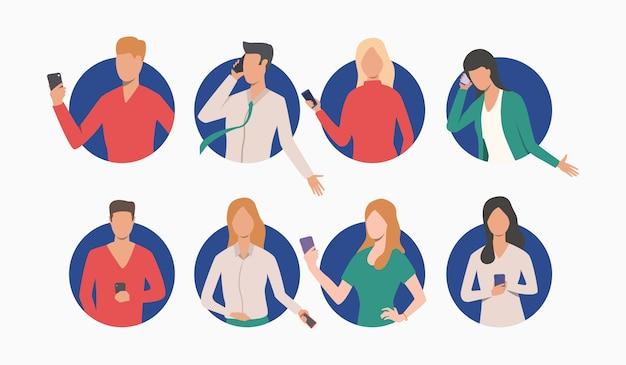 Set van ondernemers en zakenvrouwen met behulp van de telefoon Gratis Vector