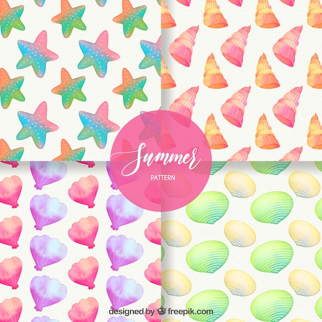 Set van zomerpatronen met kleurrijke zeeschelpen in aquarel stijl Gratis Vector