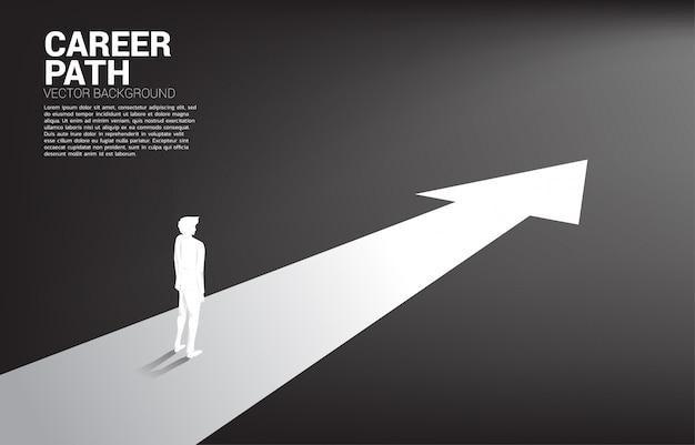 Silhouet die van zakenman zich op voorwaartse pijl bevinden. Premium Vector