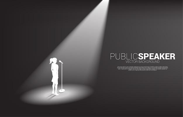 Silhouet van onderneemster die zich met microfoon bevindt. concept van frontman en spreken in het openbaar. Premium Vector