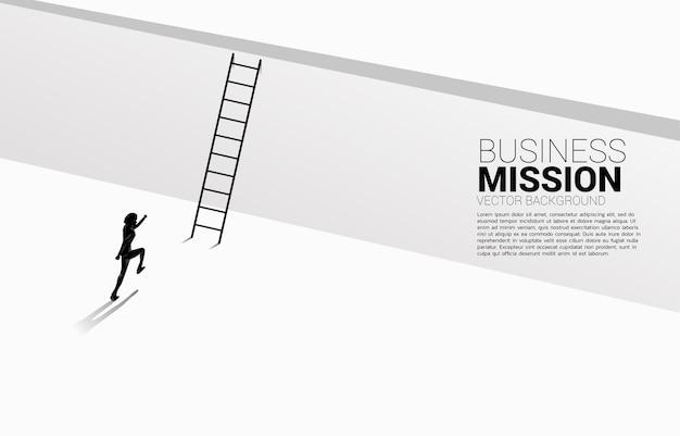 Silhouet van zakenman loopt om de muur met ladder over te steken. Premium Vector