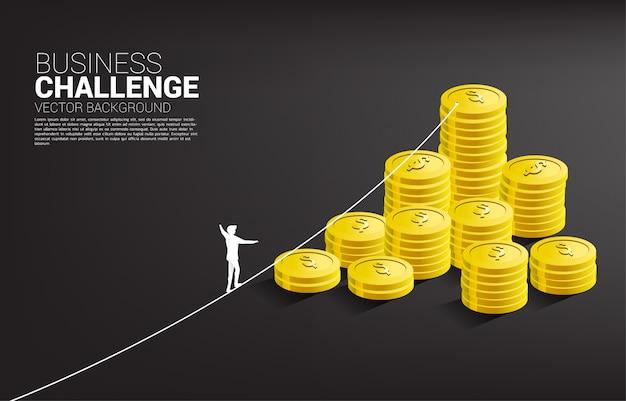 Silhouet van zakenman lopen op touw lopen weg naar gouden munt stapel sjabloon Premium Vector