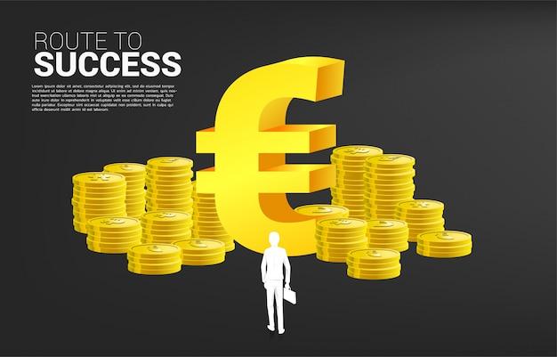 Silhouet van zakenman met de aktentas die zich voor het pictogram van het euro muntgeld en stapel van muntstuk bevinden. concept succeszaken en carrièrepad in euro streek. Premium Vector