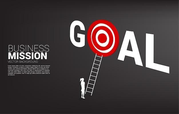 Silhouet van zakenman met ladder om dartbord in doelwoord te richten. concept visie missie en doel van zaken Premium Vector