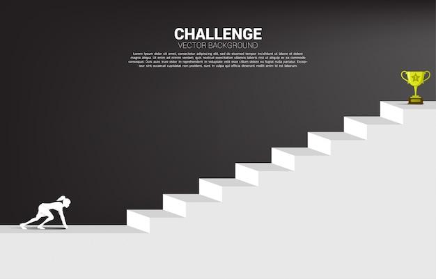 Silhouet van zakenvrouw klaar om te lopen naar de trofee boven de trap. concept van visie missie en doel van het bedrijfsleven Premium Vector