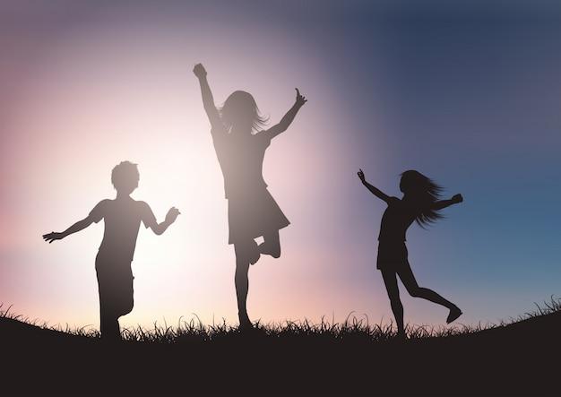 Silhouetten van kinderen die tegen zonsonderganghemel spelen Gratis Vector