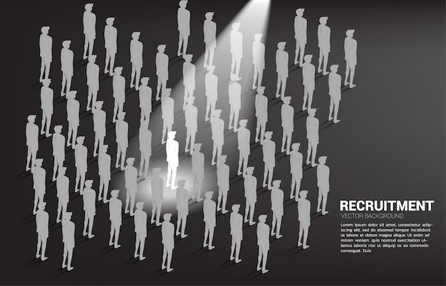 Silhouetzakenman in vleklicht in de menigte van mensen. Premium Vector