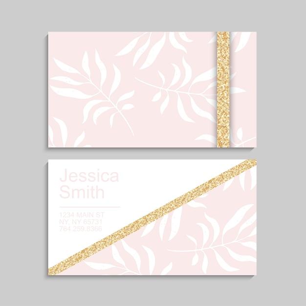 Sjabloon voor luxe roze visitekaartjes met tropische bladeren. met gouden elementen Gratis Vector