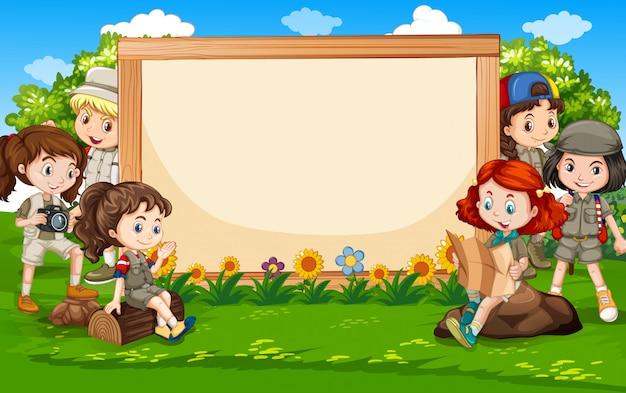 Sjabloonontwerp spandoek met kinderen in het park Gratis Vector