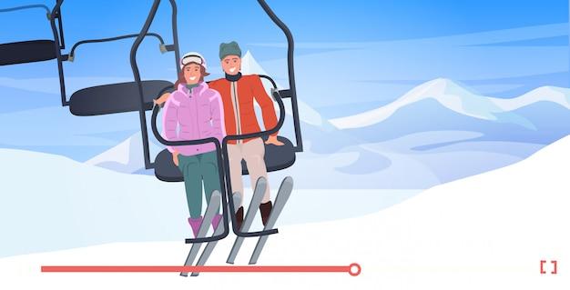 Skiërs paar in kabelbaan man vrouw zitten samen live streaming bloggen concept kabelbaan in besneeuwde bergen online speler horizontaal Premium Vector