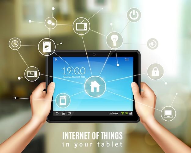 Slim huisbeheerconcept met realistische handen die tabletapparaat houden Gratis Vector