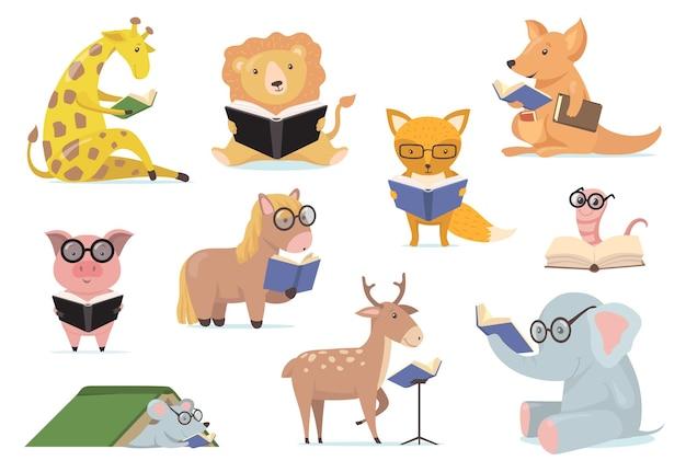 Slimme dieren in glazen lezen boeken platte set Gratis Vector